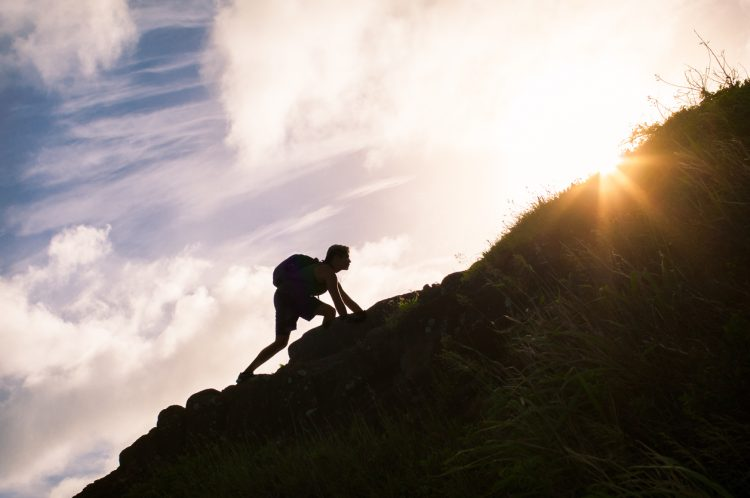 成長のための頑張って山を登るイメージ